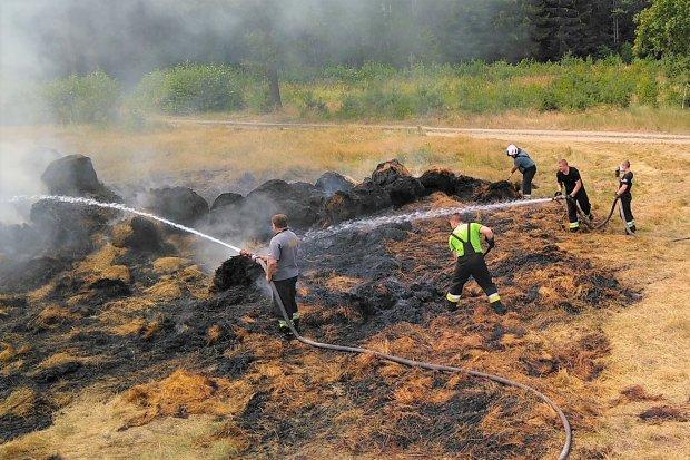 Pożar beli słomy na polu w gminie Gromadka