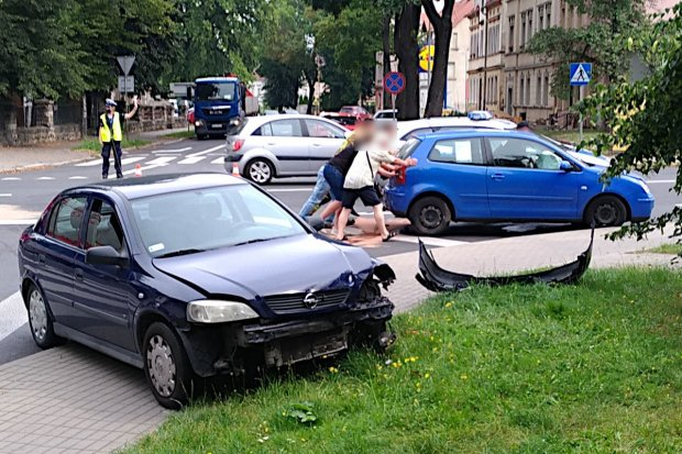Kolizja Opla z Volkswagenem na skrzyżowaniu Chrobrego z Polną