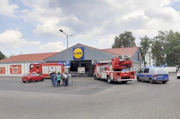 Straż pożarna i policja w bolesławieckim Lidlu