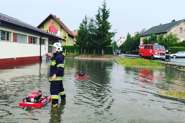 Ulewa zalała parking i część marketu Dino
