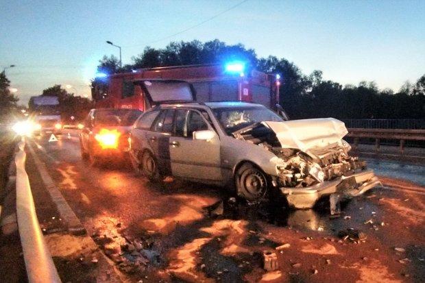 Auto uderzyło w barierę energochłonną na moście na Zgorzeleckiej