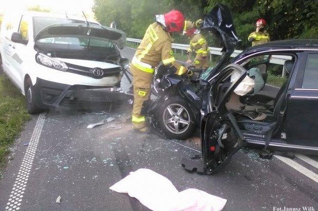 Czołowe zderzenie osobówki i busa koło Suszek