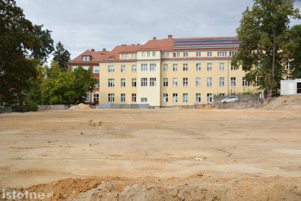Budują nowy szpital w Bolesławcu dla nosicieli koronawirusa. Ruszyły prace