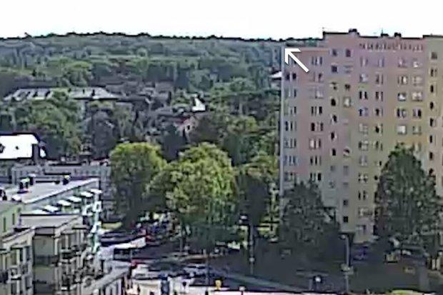 Skoczył z dachu wieżowca na Bielskiej. Jest nagranie wideo