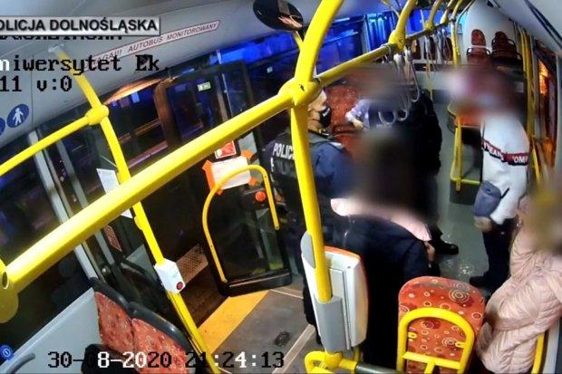 Kontrowersyjna interwencja policji w autobusie? W tle płaczące dzieci