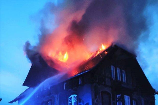 Spłonął dach domu wielorodzinnego w Czernej, budynek nie nadaje do użytku