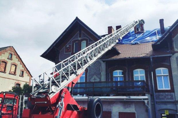 Czerna: strażacy zabezpieczają spalony dach budynku