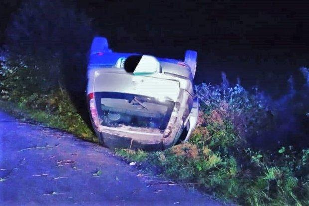Auto dachowało w Nowogrodźcu, kierowca uciekł