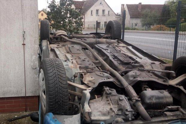 Peugeot wypadł z drogi i dachował. Nastolatka z mandatem