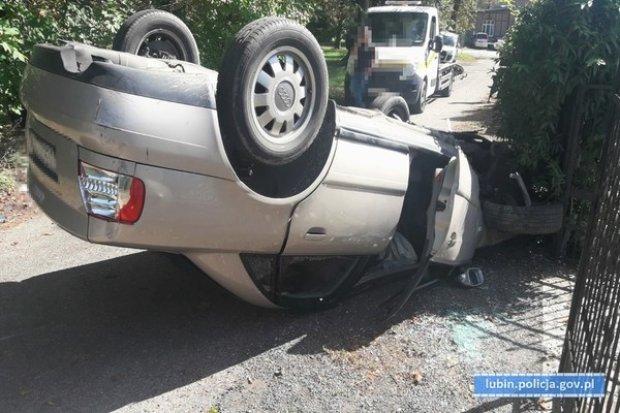 Dachowanie w Raszówce. 19-latek trafił do szpitala