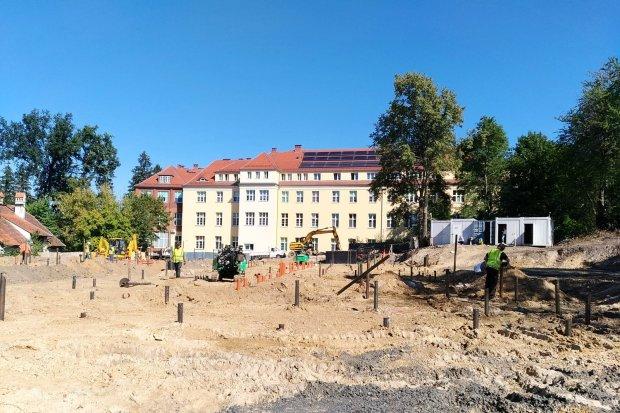 Trwają prace przy budowie szpitala dla zakażonych koronawirusem
