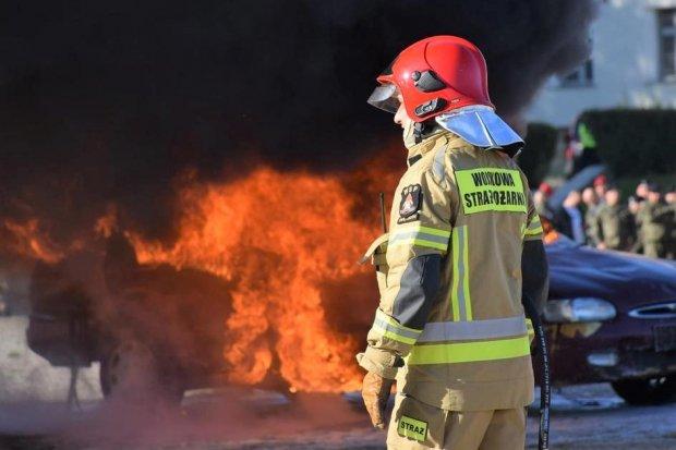Kolizja w jednostce wojskowej i ewakuacja rannego z płonącego auta