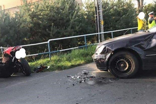 Zderzenie motocykla i mercedesa w Ocicach. Kierowca jednośladu przewieziony do szpitala