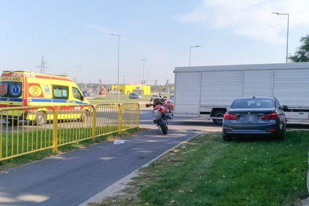 Motocyklista uderzył w ciężarówkę. Kierowca jednośladu w szpitalu