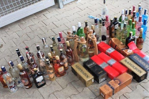 Przez dach włamywali się do sklepów. Ukradli... kilkadziesiąt butelek alkoholu