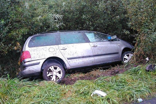 Auto wypadło z drogi koło Gromadki, kierowca z 2 promilami trafił do szpitala