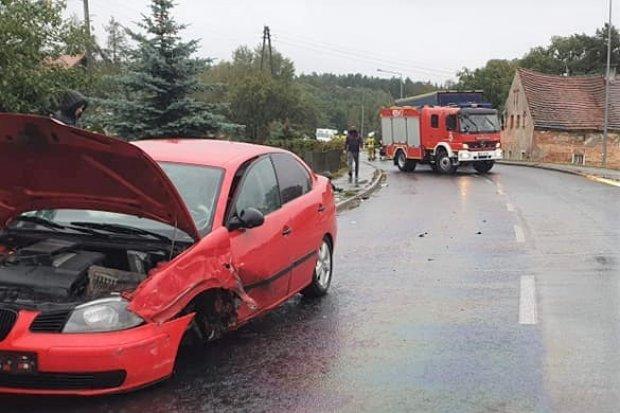 Zderzenie osobówki z ciężarówką w Kozłowie