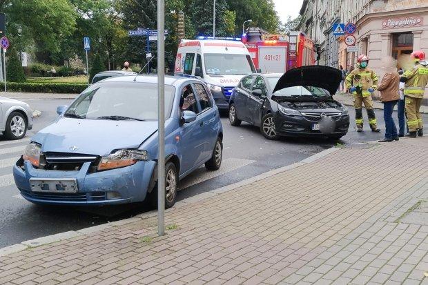 Zderzenie opla i daewoo na Kubika w Bolesławcu, 47-latek ranny