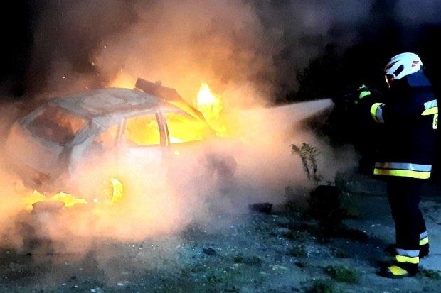 Nocny pożar auta na strefie ekonomicznej koło Szczytnicy