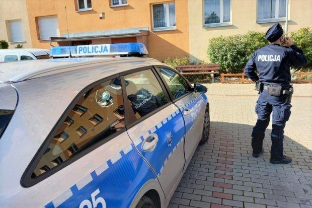 Policja wraz z innymi służbami kontroluje osoby na kwarantannie