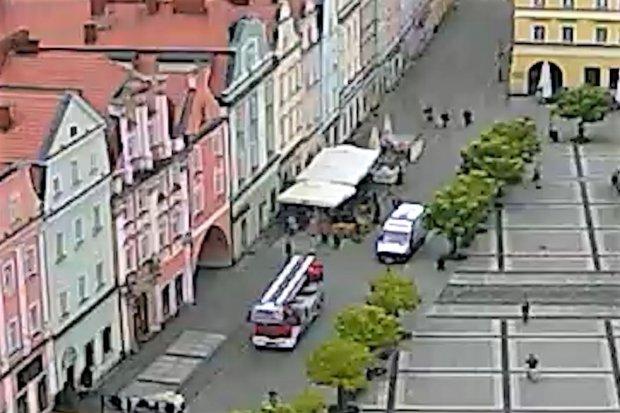 Mężczyzna chciał rzekomo skoczyć z okna w Rynku, interweniowały służby