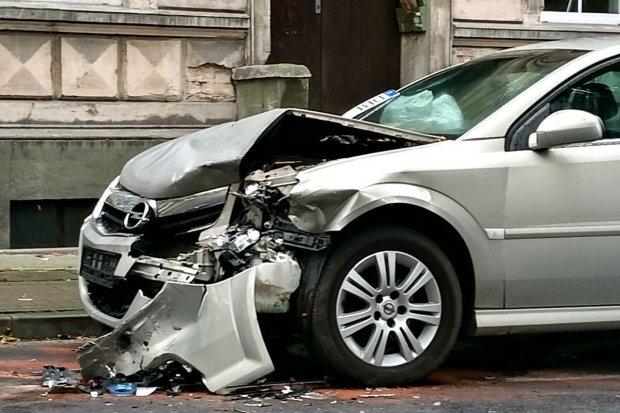 Czołowe zderzenie dwóch aut na ulicy Kubika, jedna osoba ranna