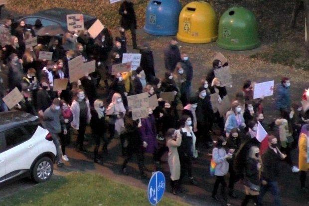 Ponad 320 osób maszerowało w proteście przeciw zaostrzeniu prawa antyaborcyjnego