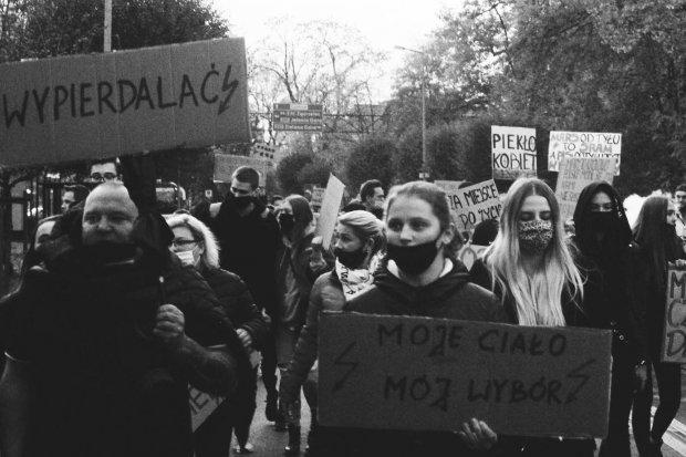 Obejrzyjcie się w protestach w Bolesławcu w obiektywie uczennicy ZSHiU