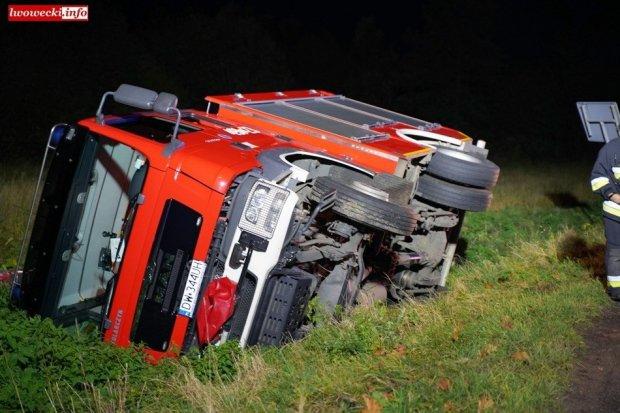 Samochód strażacki wypadł z drogi