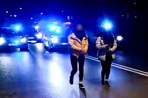 Policja wyłapuje osoby bez maseczek na proteście Strajku Kobiet