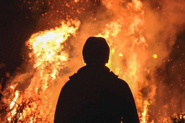 Próbował spalić żywcem członków rodziny: podpalił altankę, a potem drzwi mieszkania. Jest areszt