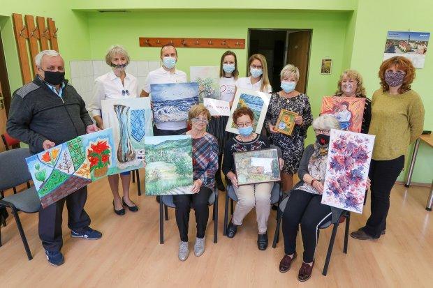 Słuchacze Uniwersytetu Trzeciego Wieku podarowali obrazy szpitalowi powiatowemu