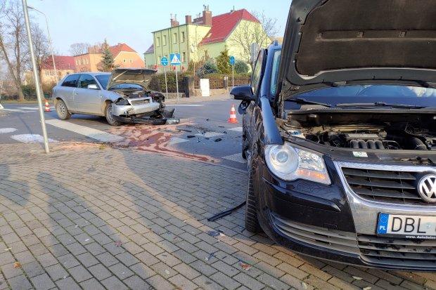 Wypadek na ul. Piastów. Kobieta zakleszczona w pojeździe