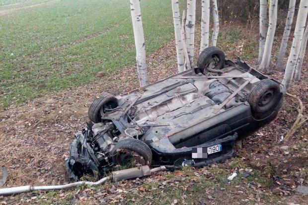 Auto przewrócone na dach koło Lubkowa