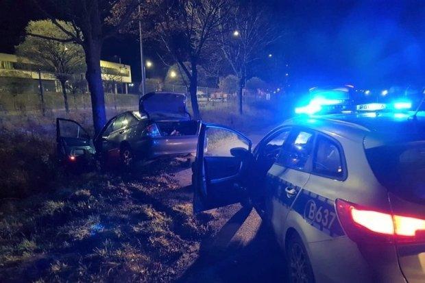 Pijany kierowca zatrzymany po pościgu. Wpadł ze... słoikiem marihuany