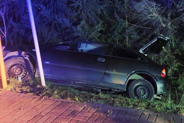 Auto wypadło z drogi w Nowogrodźcu i zatrzymało się na skarpie