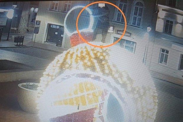 Zniszczył świąteczną iluminację w centrum miasta. Wandal zatrzymany