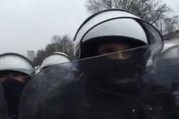 Ile ci zapłacili, że plujesz na mundur? Protestujący pytają policjantów w Warszawie