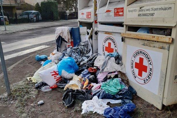 Cykliczny bałagan wokół kontenerów PCK przy skrzyżowaniu ulic Leśnej i Matejki
