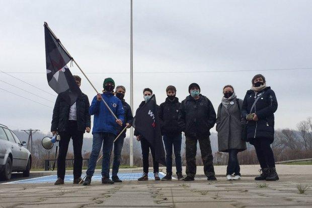 Wspierają przesłuchiwane dziewczyny w Lwówku Śląskim