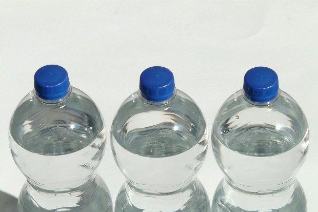 Ponad 140 zgrzewek wody dla pacjentów szpitala covidowego od ludzi dobrej woli