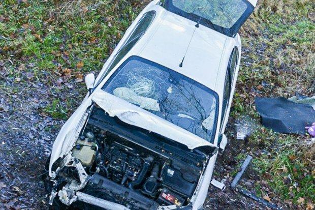 Citroën spadł z mostu przy ul. Mostowej, jedna osoba poszkodowana