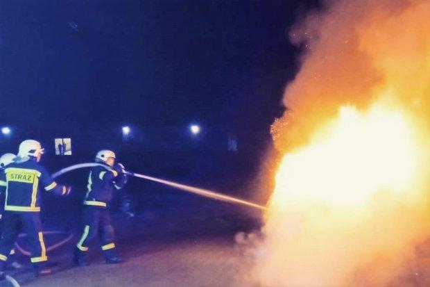 Nocny pożar w Nowogrodźcu. Spłonęło auto