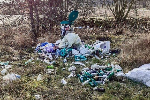 Mnóstwo śmieci przy zbiorniku Krępnica