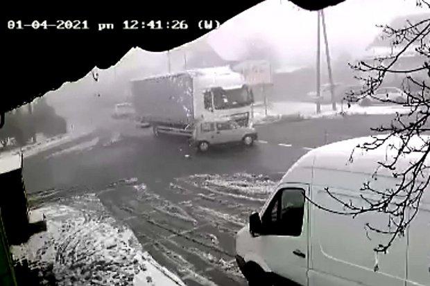 Śmiertelny wypadek w Czerwonej Wodzie. Kierowca auta wjechał pod ciężarówkę
