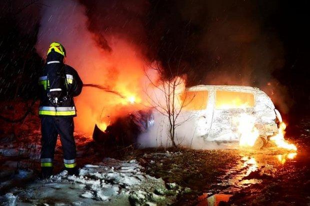 Pożar auta osobowego. Samochód doszczętnie spłonął