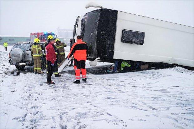 Autobus uderzył w opla i przewrócił się na bok. 40-letni kierowca z mandatem