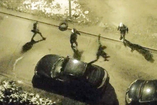 Wandale biegali po autach przy ulicy Wańkowicza