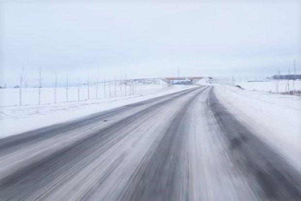 Ślisko na drogach w powiecie bolesławieckim. ZDP: 11 piaskarek jeździ na okrągło