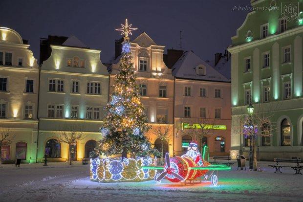 Zobacz, jak piękny jest bolesławiecki Rynek zimą
